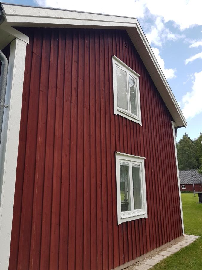 nymålade fönster